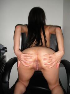 une femme écartes les fesses et montre son anus