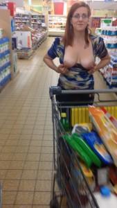 femme montre ses seins dans un supermarché