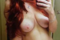 jolie fille seins nus dans la salle de bain