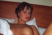mature nue dévoile son sexe