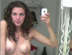 selfie nue dans la salle de bain