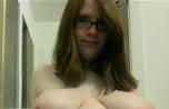 une fille ronde seins à l'air