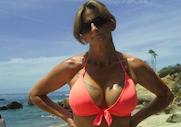 une jolie mature en bikini